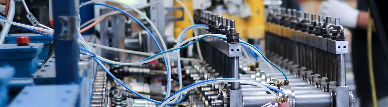 Aufnahme zur Baugruppen Montage. Im Vordergrund ist eine Profiliermaschine. Im Hintergrund werden Stahl Profile weiterverarbeitet.