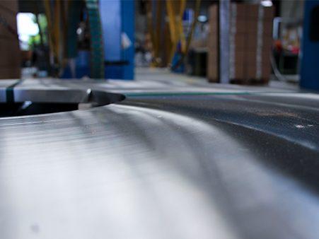 Eine schmale Stahlrolle zur Weiterverarbeitung von Profilen.