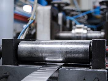 Stahlprofile werden beim Stanzen in ihre endgültige Form gepresst.