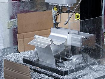 Eine maschinelle Säge schneidet die Präzisionsprofile zu.