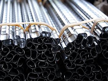 Fertige Stahlprofile zur Auslieferung zusammengebunden und gestapelt.
