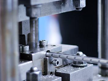 Ein Profil wird in einer Maschine bearbeitet