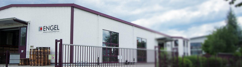 Seitenansicht des Bürogebäudes und der Produktionshalle der Engel GmbH