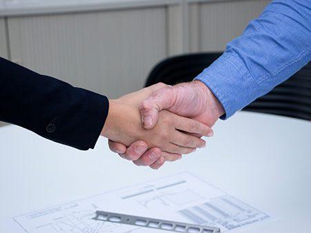 Präzision und Kundenzufriedenheit sind unsere Hauptgrundsätze. Auf dem Bild zusehen: zwei Parteien reichen sich partnerschaftlich die Hände. Auf eine gute Zusammenarbeit!