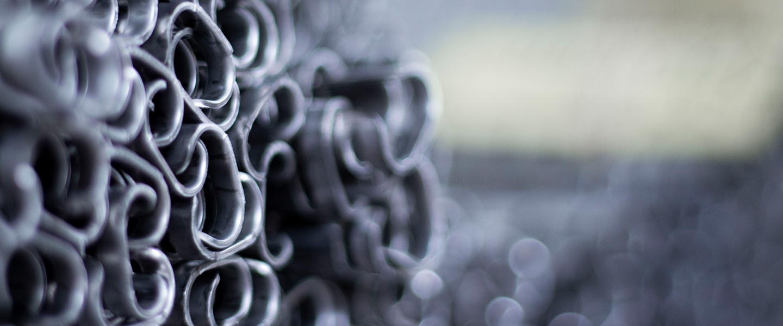 Macroaufnahme von gestapelten Stahlprofilen