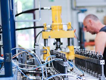 Bewerben Sie sich bei uns als Industriemechaniker/in oder Stanz- / Umform-mechaniker/in. Auf dem Bild zusehen: Einer der Mitarbeiter_innen der Engel Präzisionsprofile GmbH.