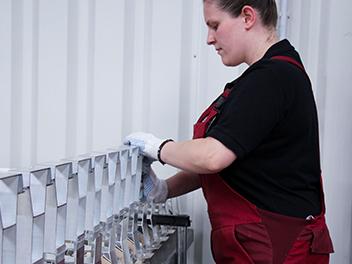 Bewerben Sie sich bei uns als Produktionshelfer/in. Auf dem Bild zusehen: Einer der Mitarbeiter_innen der Engel Präzisionsprofile GmbH.